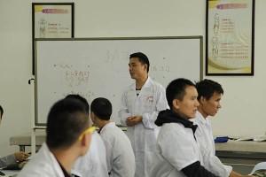学校党员干部和教职工踊跃捐款抗击疫情